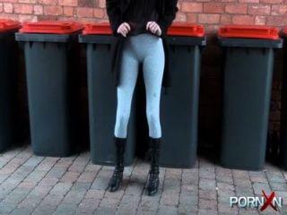 योग पैंट में PornXN सार्वजनिक Pissing