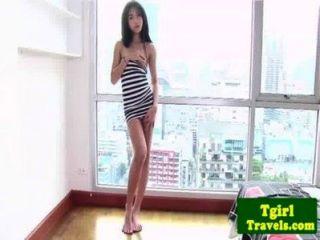 एशियाई Ladyboy अमय उसके गधे को दिखाने के लिए प्यार करता है