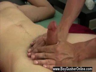 गर्म समलैंगिक दृश्य में वह अपने manmeat फिर spanked होता है, या एक से अधिक