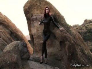 लेटेक्स catsuit में एमिली मर्लिन बुत मॉडल