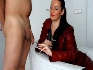 kinkydomina लाल चमड़े का जैकेट Handjob तंग