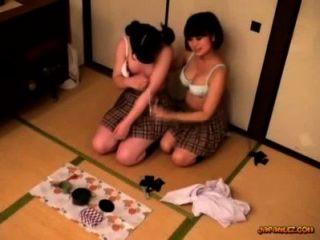 छात्रा उसके स्तन हो रही बिल्ली पाला है और में फर्श पर उँगलियों मला