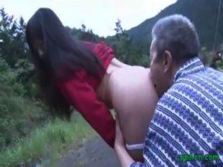 एशियाई लड़की उसे बिल्ली पाला है और बूढ़े आदमी सह द्वारा गड़बड़ आउटडोर गधा करने के लिए हो रही है