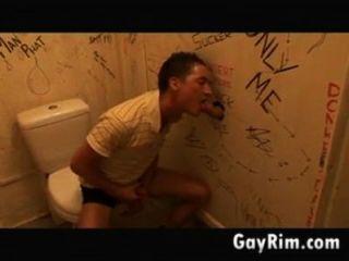 शौचालय में gloryhole मज़ा