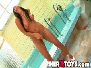 टीना ज खिलौने के साथ खेलता है