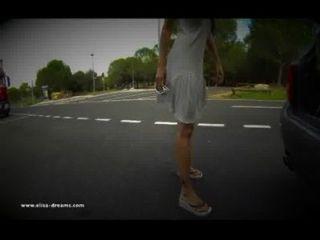 ट्रक ड्राइवरों के लिए एक आराम क्षेत्र पर नग्न चमकती