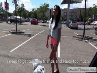 दोस्त सार्वजनिक रूप से अपनी कार में रूसी किशोरों की fucks