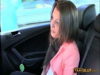 शौकिया लड़की लियोना एक मुक्त किराया के लिए टैक्सी के अंदर टक्कर लगी