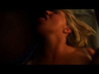 गर्म फूहड़ पत्नी गड़बड़ हो रही है, जबकि मुंह में सह के एक लोड लेता है