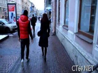 उत्साहित औरत उसके पैरों चौड़ी
