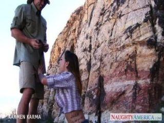 टैटू लड़की Karmen कर्मा सड़क पर बकवास