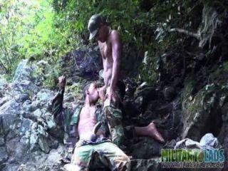 उत्सुक bootie मुंह जंगलों में गड़बड़