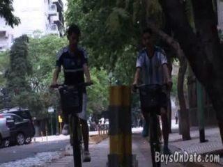साइकिल चालन गर्लफ्रेंड्स एक शॉवर में गंदा हो