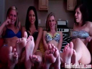 चार लड़कियों पैर बुत स्वर्ग में ले