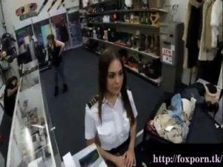 प्यारा होस्टेस के पैसे की जरूरत है और एक गंदा मोहरे की दुकान का दौरा किया