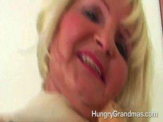 कामुक सुनहरे बालों वाली दादी वेश्या युवा fucks