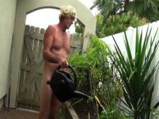 नग्न बागवानी peeing.wmv
