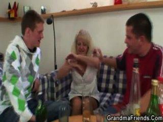 सुनहरे बालों वाली दादी के साथ गर्म 3some पार्टी के