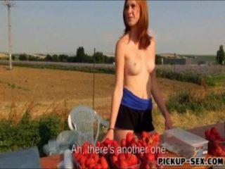 स्ट्रॉबेरी विक्रेता चमक स्तन और पैसा कमाने के लिए चोरी