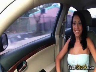 मॉडल लड़की चिकनी बात के साथ कार में बहकाया