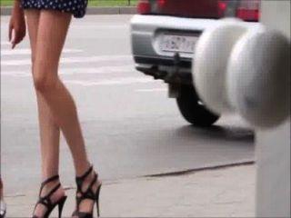 सेक्सी लड़कियों के नीचे सड़क पर चल - पैर, गधा और ऊँची एड़ी के जूते
