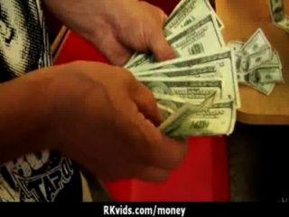 शौकिया लड़की एक बकवास 10 के लिए पैसे लेता है