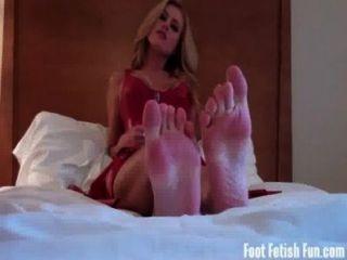 मेरे पैर की पूजा करते हैं और मेरे छोटे पैर की उंगलियों पर चूसना