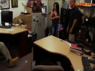 भारी स्तन क्यूबा लड़की ब्याजख़ोर का दुकान के कर्मचारियों द्वारा उसे टीवी के लिए गड़बड़