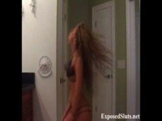 सेक्सी गोरा वेब कैमरा लड़की एक नग्न स्ट्रिपटीज करता है
