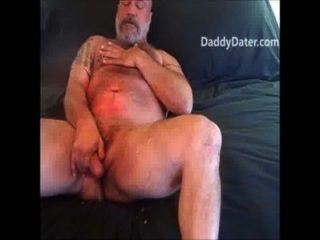 नग्न daddybear जैक एक बड़ा भार तो बाद बाहर लटका हुआ है