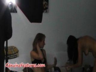तीन गर्म लड़कियों और मंच के पीछे फोटोशूट