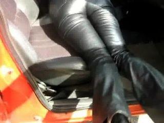 कार 2 में चमड़े की पैंट