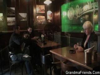 दो दोस्तों के ऊपर उठाओ और boozed वर्ष दादी धमाका