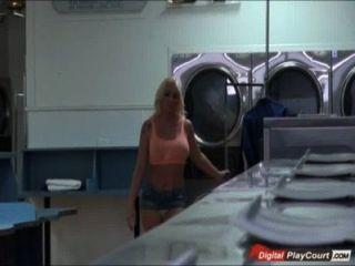 संचिका leyla बाज़ बेकार है और बेकार है, जबकि कपड़े धोने के लिए इंतजार कर