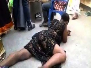 अफ्रीकी महिला को कुछ यौन नृत्य कर रही है
