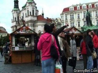 दादी पर्यटन उठाया और गड़बड़ है