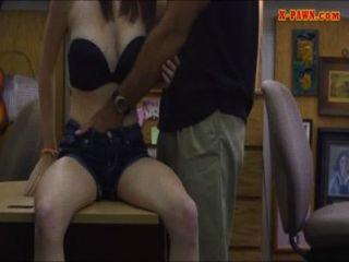 शौकिया लड़की ब्याजख़ोर का दुकान के अंदर मोहरा आदमी द्वारा खराब कर दिया है