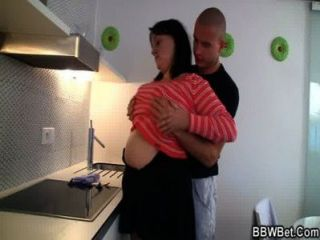 विशाल titted कुतिया रसोई में टक्कर लगी है