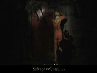 गोरा slavegirls का फायदा उठाने के लिए तहखाने के लिए पट्टा में चला गया