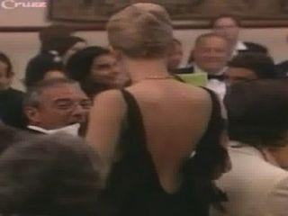 स्कारलेट जोहानसन उसके कपड़े से बाहर जाता है