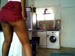 रसोई घर में रसदार गधा चिढ़ा के साथ सेक्सी आबनूस लड़की