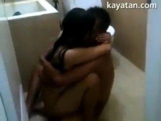 Pinay जोड़े को सेक्स बाथरूम के अंदर
