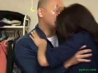 एशियाई लड़की घर में रखरखाव पुरुष blowjob दे पाला