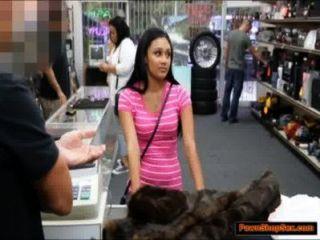 लैटिना सिर देता है और नकदी के लिए pawnshopkeeper द्वारा टक्कर लगी है