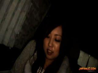 श्यामला किशोर उसे बिल्ली उँगलियों स्तन कार में पुराने लड़की द्वारा मला हो रही है