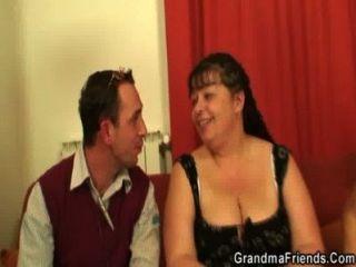 मोटा परिपक्व लड़की एक बार में दो लंड लेता है