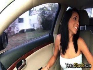 किशोर डिक के लिए भूखे कार में है और इसे पकड़ लेता है