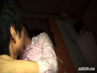 परिपक्व महिला जवान आदमी गड़बड़ चूसने जबकि उसके पति में उन्हें बगल में सो रही
