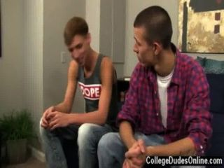 Twink सेक्स जॉर्डन और मार्को कुछ चुंबन के साथ बातें बंद शुरू,