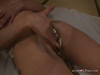 Pantyhose Masturbating में परिपक्व महिला मीटर पर थरथानेवाला का उपयोग कर खुद को छूना